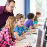 Schülerinnen und Schüler arbeiten an PCs