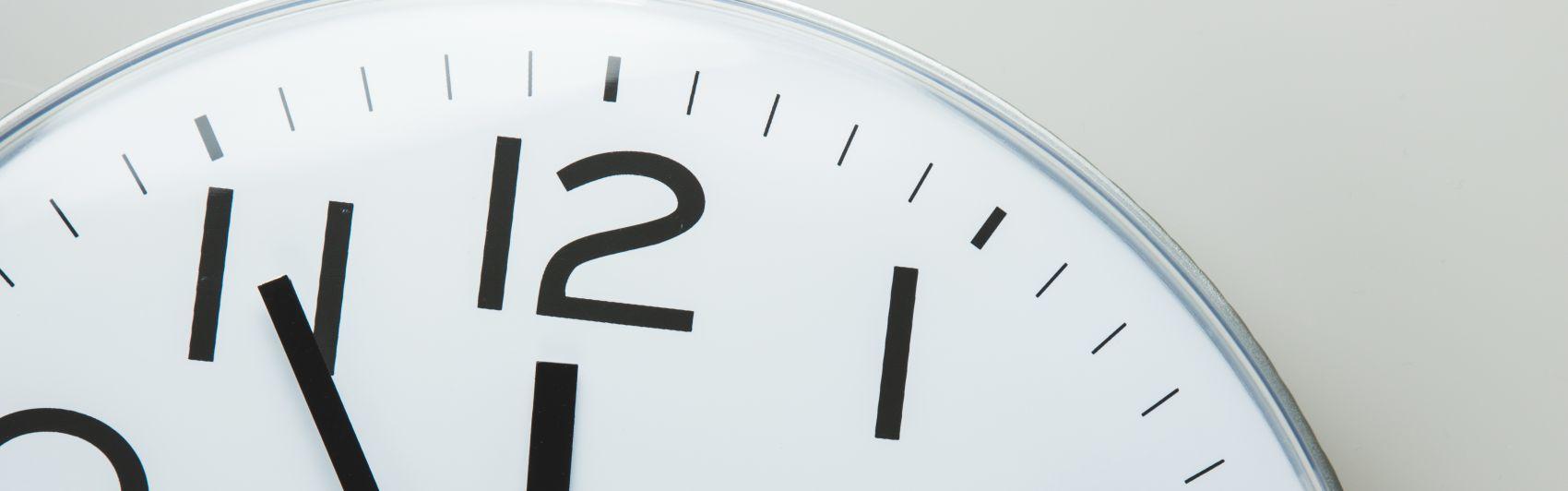 uhr; uhrzeit; zeitmanagement; zeit; wanduhr; pünktlichkeit; zeiterfassung; erfassung; arbeitszeit; pünktlich; termin; kurz vor; analog; countdown; eile; ende; handeln; handlungsbedarf; hektik; jetzt oder nie; jetzt; just in time; knapp; ladenschluss